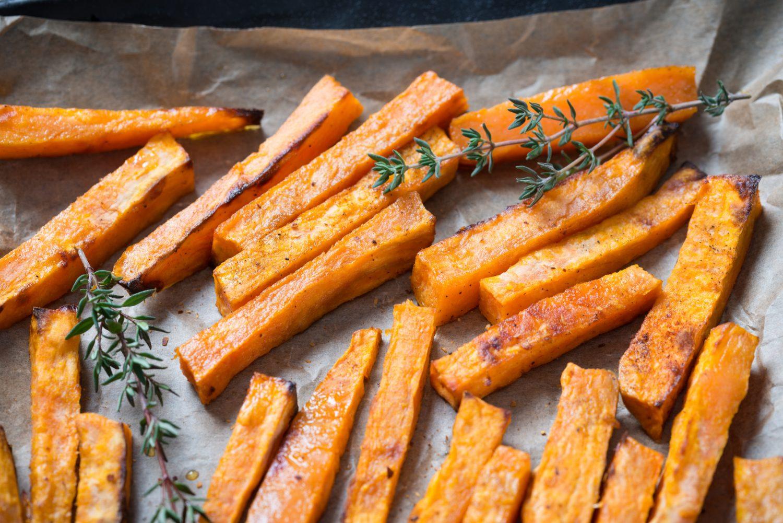 Frytki na nowo, czyli bataty, marchew, pietruszka w roli głównej. Jak i na czym je smażyć?