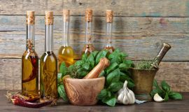 Olej z rozmarynem, czy z bazylią? Oto dlaczego warto infuzować oleje ziołami
