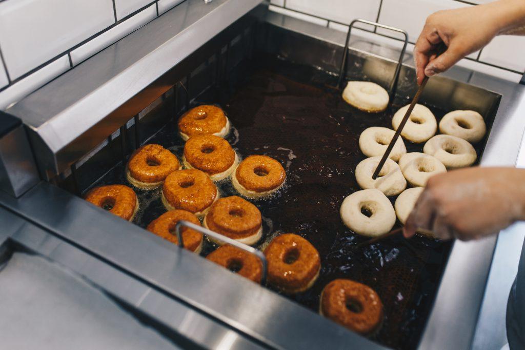 Co dzieje się z pączkami i faworkami w czasie smażenia?