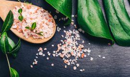 Jak solić mięsa i ryby, żeby dobrze smażyć?