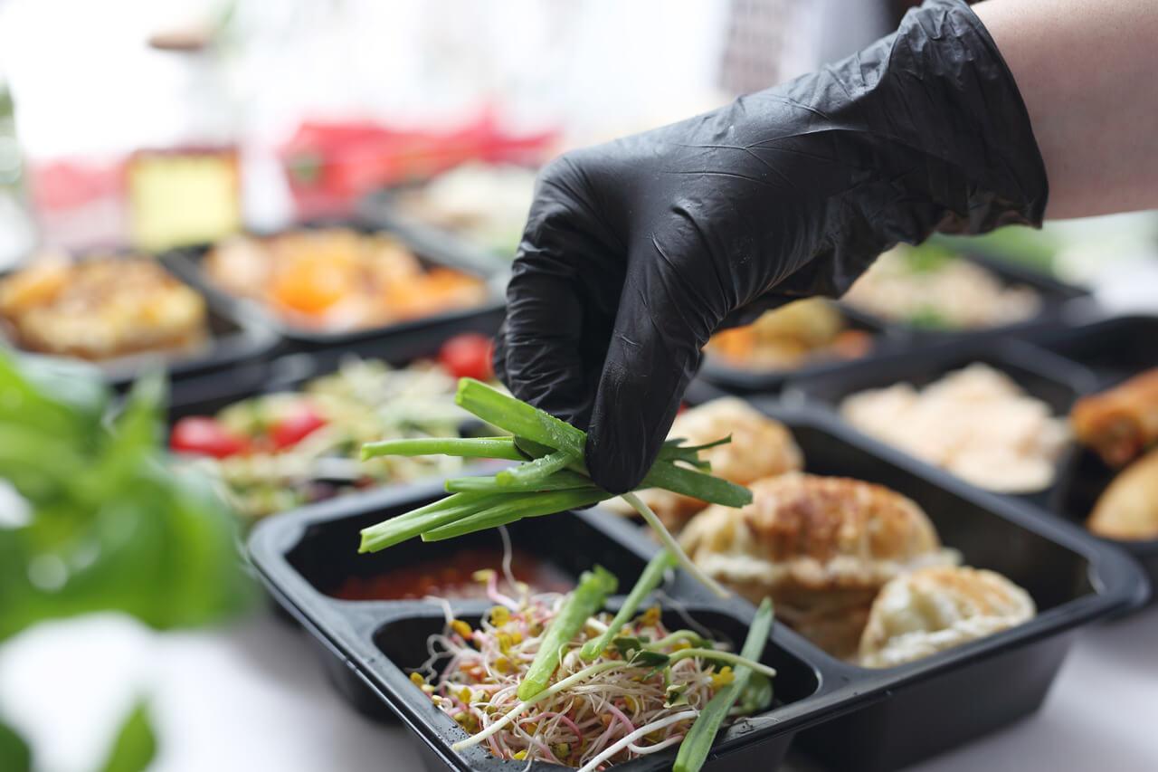 Czy można zarazić się koronawirusem przez jedzenie?