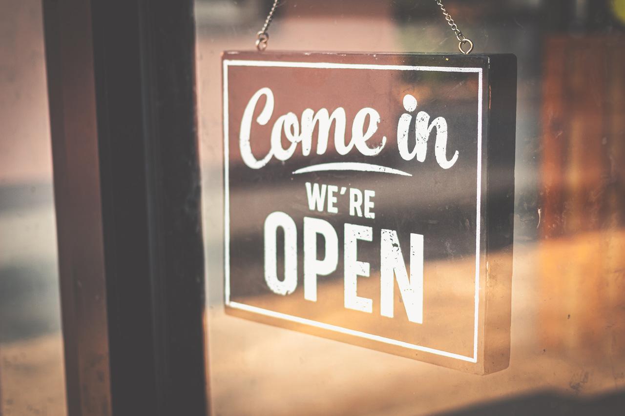 Jak dobrze zakomunikować ponowne otwarcie restauracji i przyciągnąć klientów?