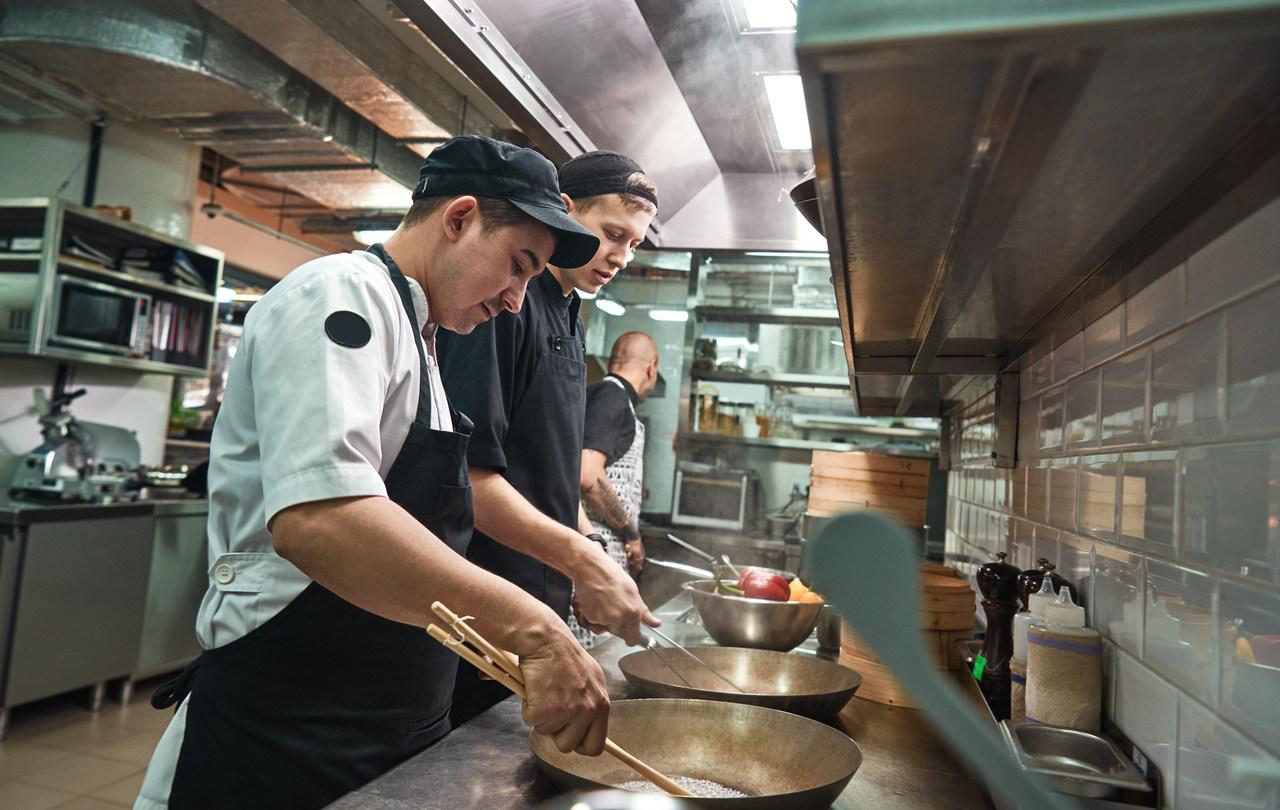 Uniwersalna, szybka, wydajna i ekonomiczna technika obróbki każdego typu żywności w gastronomii? Poznaj zalety smażenia