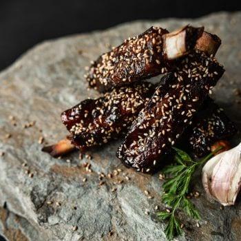Jak usmażyć żeberka wieprzowe? Przepis Jarka Walczyka