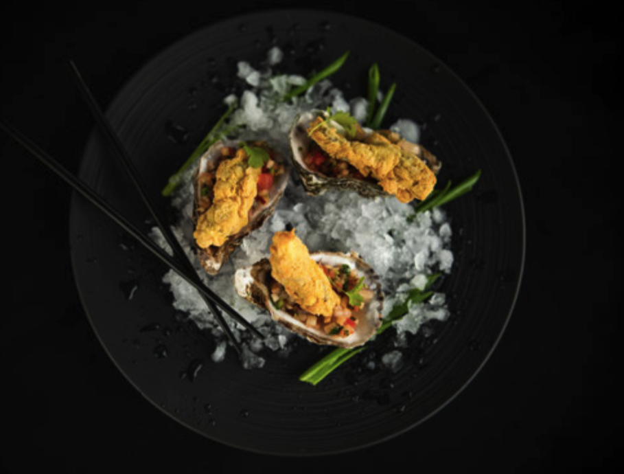 Ostrygi smażone z salsą brzoskwiniową – przepis Jarka Walczyka